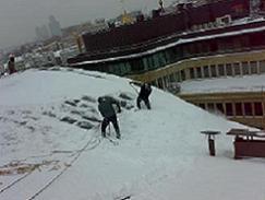 Очистка кровли от снега цена